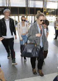 Папараццци сняли Ванессу Паради с детьми - Лили-Роуз и Джеком в аэропорту