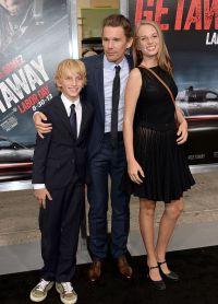 Майя с отцом Итаном Хоуком и младшем братом