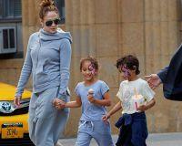 46-летняя Лопес со своими  детьми Эммой и Максом