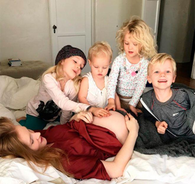 Супруга Джеймса Ван Дер Бика в окружении четверых детей