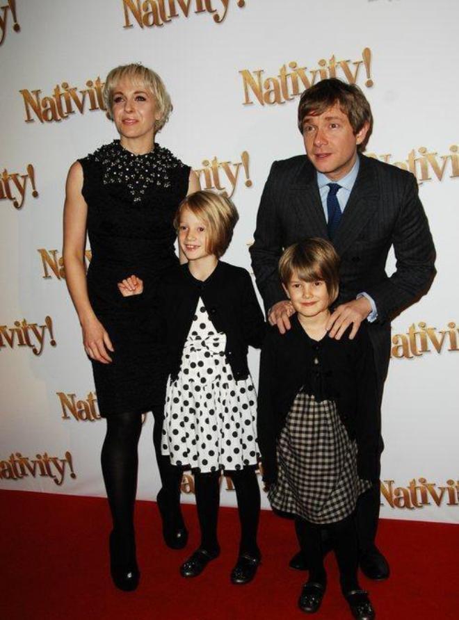 Аманда Аббингтон и Мартин Фриман с детьми