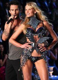 на одном из показов Victoria's Secret Адам Левин посвятил возлюбленной песню