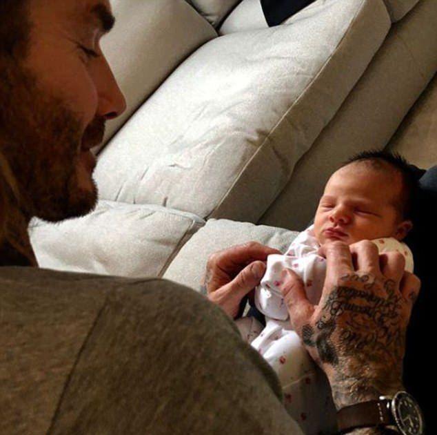 Дэвид Бекхэм с новорожденной малышкой Пегги