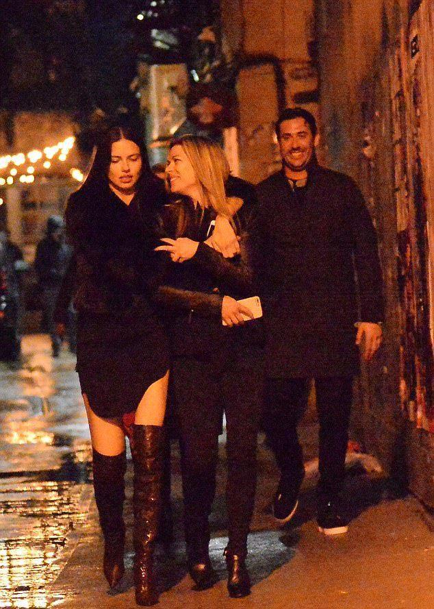 Адриана Лима и Мэтт Харви были замечены на улицах Нью-Йорка вместе с друзьями