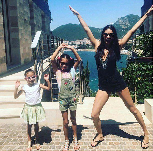 Адриана Лима с 7-летней Валентиной и 4-летней Сиенной