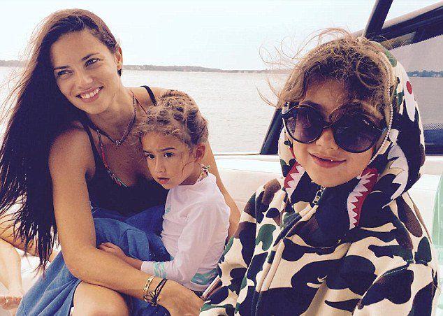 Адриана Лима с дочками