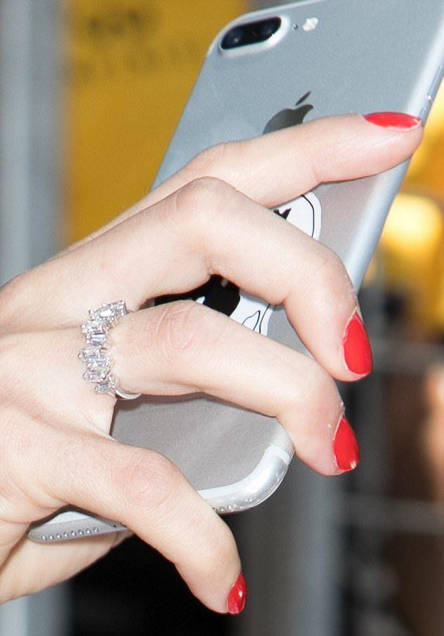 Адриана Лима удивила всех обручальным кольцом