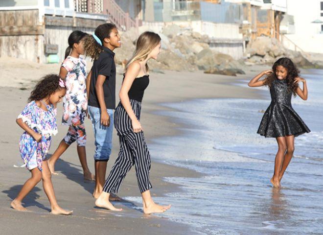 Дети Хайди и Мел Би на пляже в Малибу