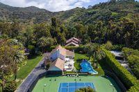На территории поместья есть теннисный корт и бассейн