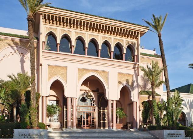 Ночью освещается гора, на которой написан девиз Марокко Аллах, Родина, Король