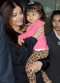 Айшвария Рай с дочкой Аарадхией в аэропорту Мумбаи