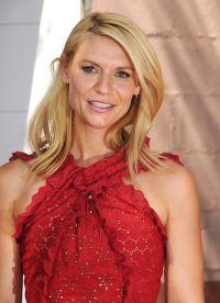 Ярко-красное платье-миди Oscar de la Renta на торжестве было отмечено жур