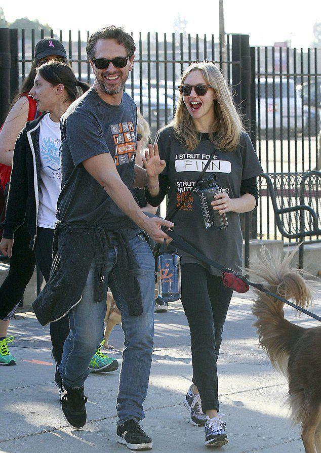 Аманда Сейфрид и Томас Садоски на прогулке с собакой в конце октября