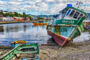 Старые рыбацкие катера в порту
