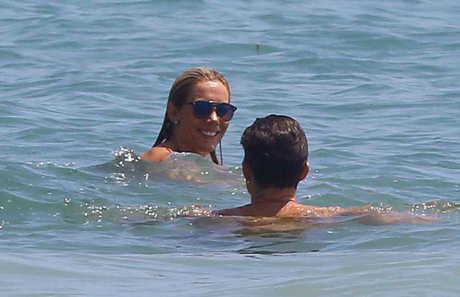 Орландо Блум плавает с неизвестной девушкой