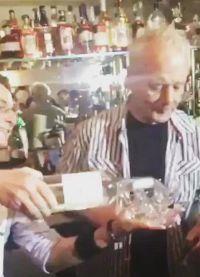 Гомер показывает Биллу как надо наливать алкоголь