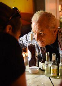 Билл общался с клиентами бара