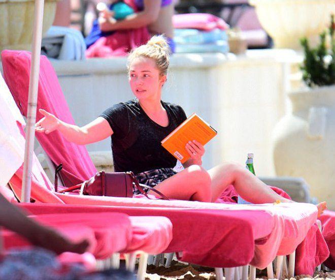Актриа Хайден Панеттьери захватила на пляж книгу