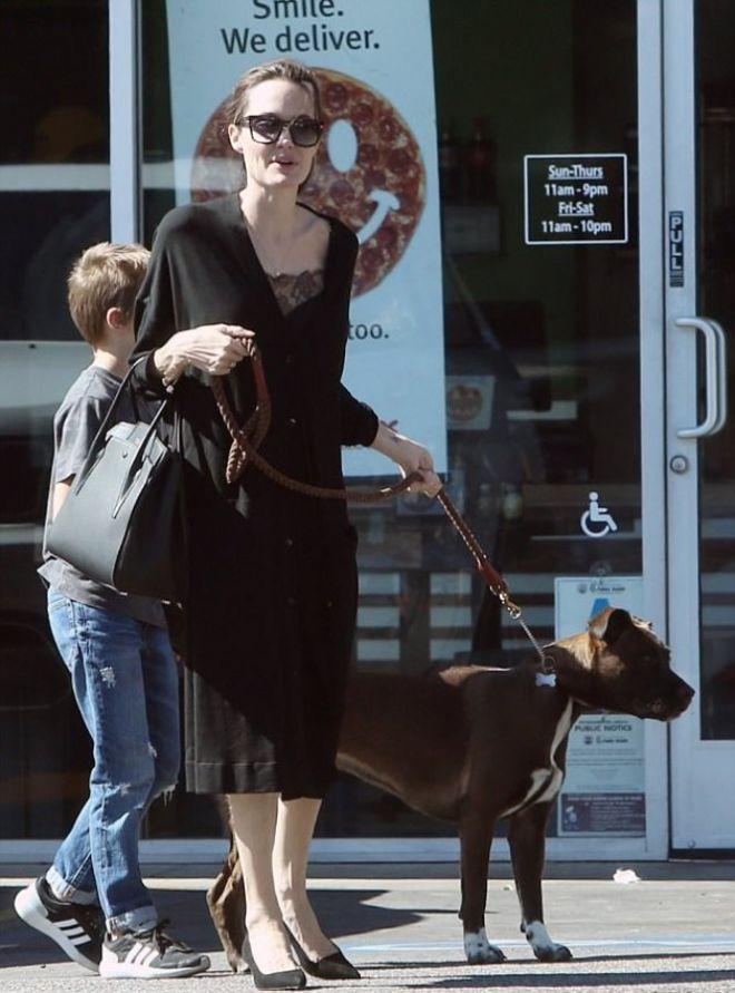 Анджелина опять оделась в черное