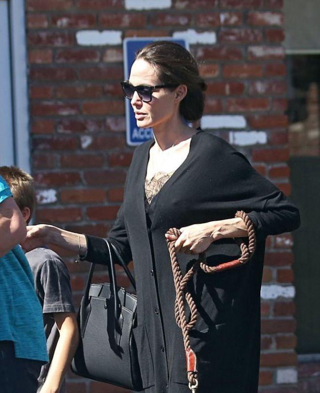 Фанаты осудили Джоли за выбор одежды