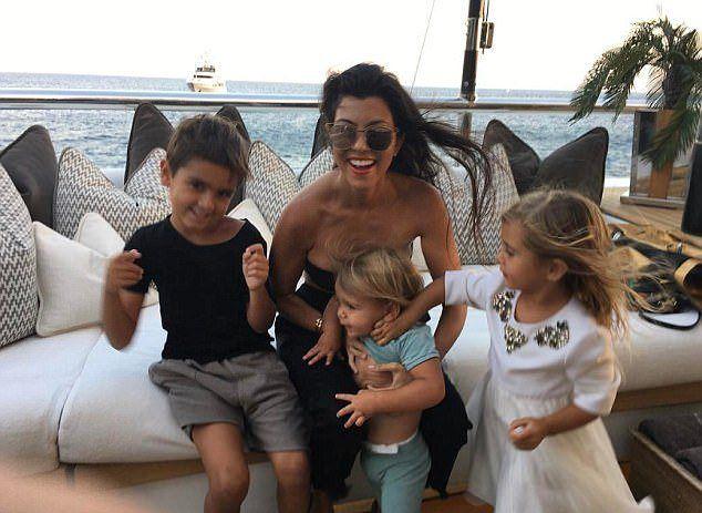 Кортни Кардашьян с тремя детьми