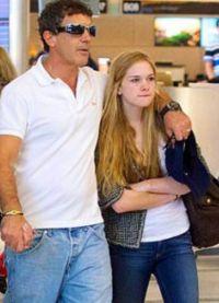 Бандерас будет выплачивать экс-жене алименты на содержание их общей дочери Стелл