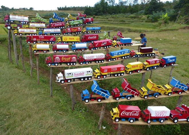 Прилавок с детскими игрушками в Анцирабе