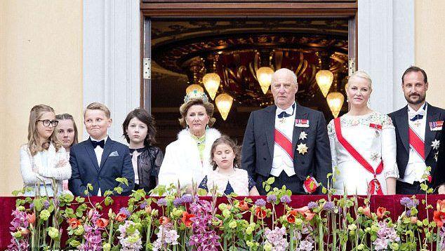 Монаршее семейство Норвегии позирует на балконе