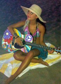 Ариана Гранде в купальнике с гитарой
