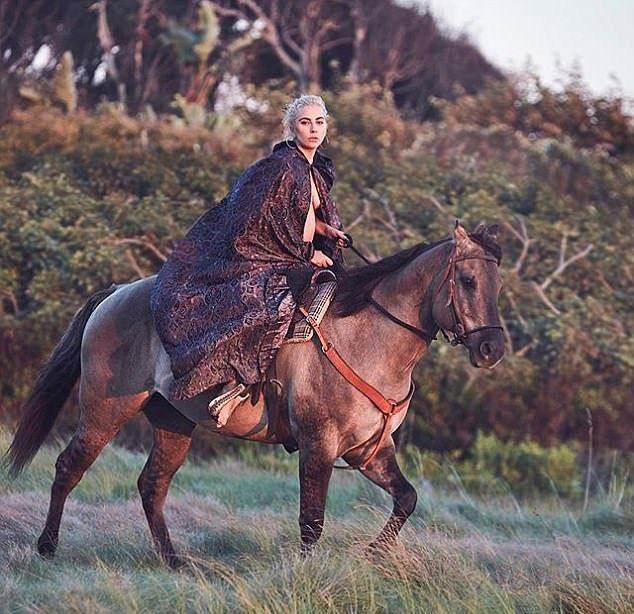 Леди Гаги скачет топлес на коне
