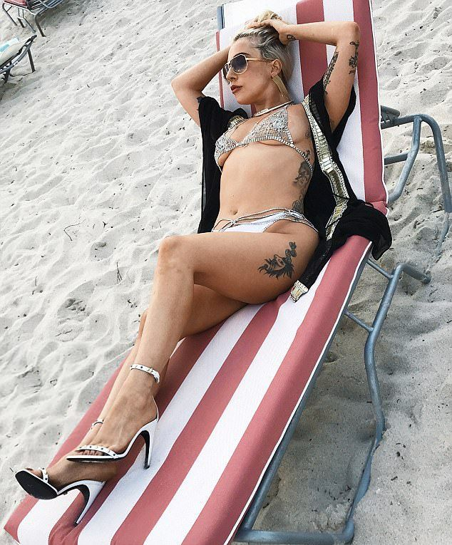 Леди Гага в бикини