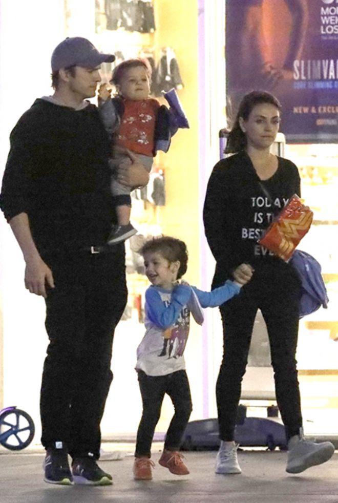 Эштон Катчер и Мила Кунис на прогулке с детьми