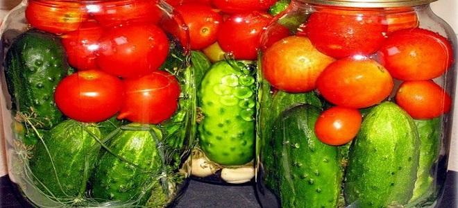 Różne ogórki z pomidorami na zimę