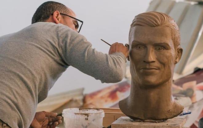 Автор неудачного бюста Криштиану Роналду создал новую скульптуру футболиста