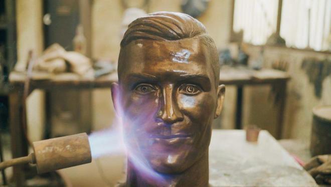 Бюст футболиста выглядит более реалистично