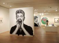 Часть экспозиции Дэвида Боуи