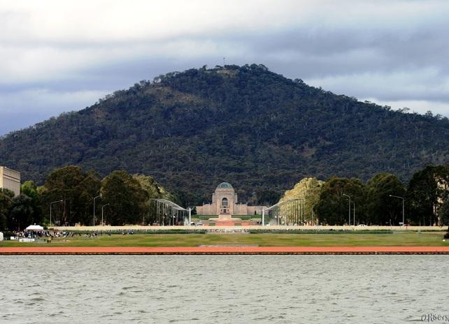 Так мемориал выглядит со стороны здания парламента