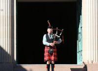 Волынщик исполняет шотландскую погребальную песню