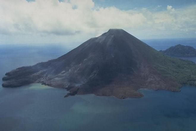 Остров Банда-Апи - активный вулкан