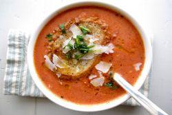 zupa pomidorowa z dodatkiem bazylii
