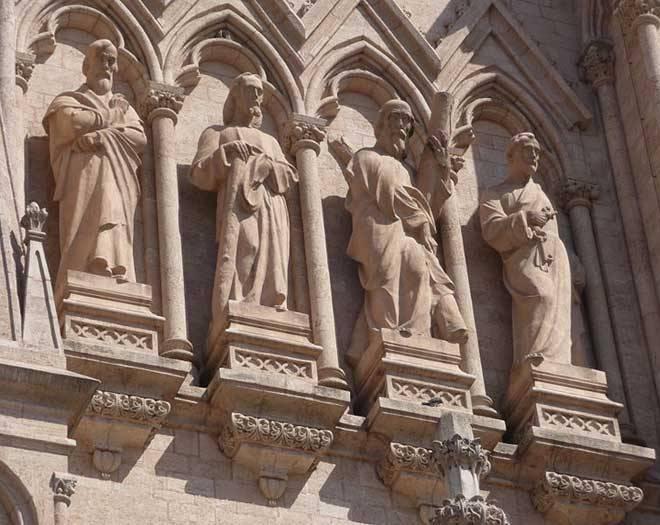 Скульптуры апостолов