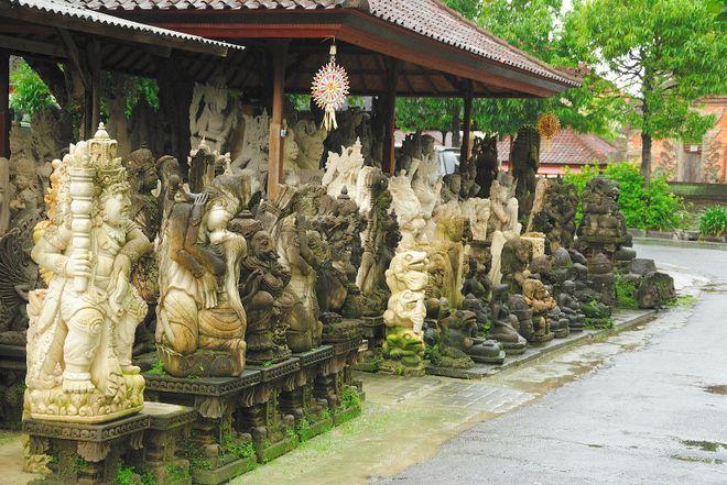 Каменные фигуры в деревне Батубулан
