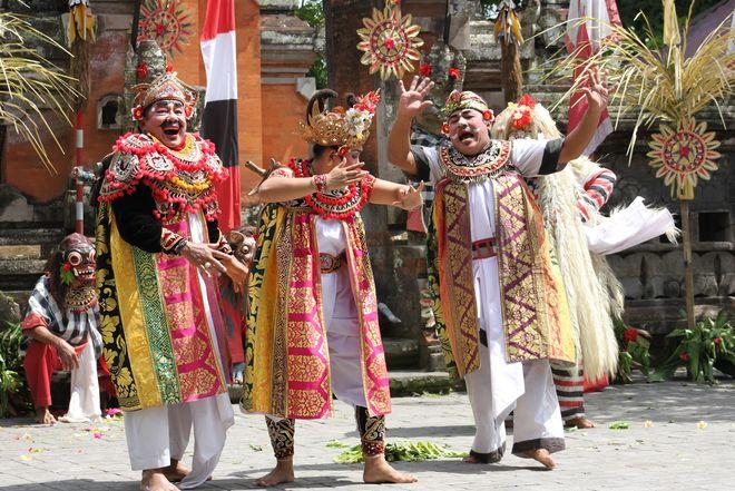 Представление Barong dance в деревне Батубулан