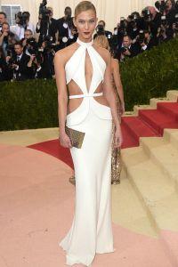 Сняв накидку-кейпе, супермодель осталась в платье от Brandon Maxwell