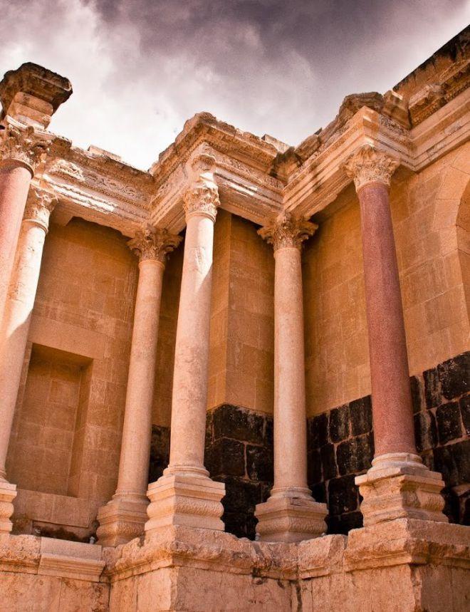 Сохранившиеся колонны театра