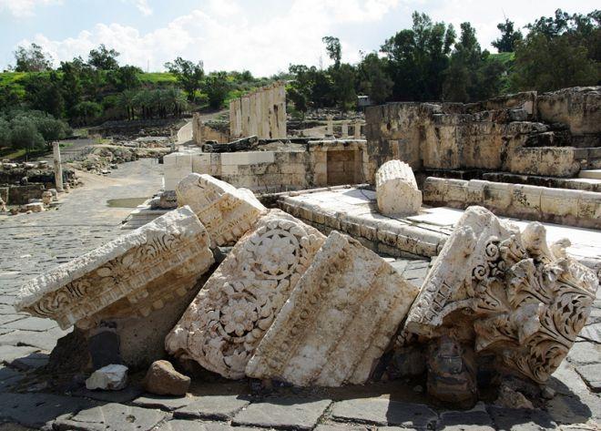 Остатки колонн после землетрясения