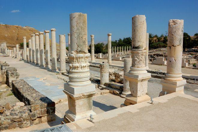 Улицы древнего города с колоннами