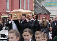 Джим Керри несет гроб Кэтрионы Уайт
