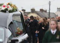 Джим Керри плачет на похоронах своей возлюбленной