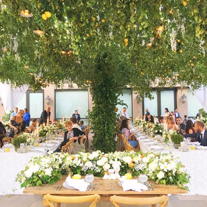 Патио под навесом из лимонных веток на свадьбе Бьянки Балти